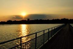 Opinião do por do sol da ponte através do estuário Imagem de Stock