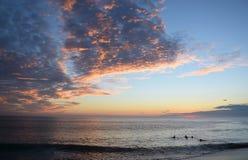 Opinião do por do sol da praia de Aliso, Laguna Beach, Califórnia foto de stock