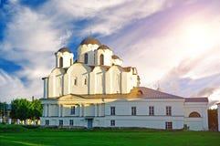 Opinião do por do sol de St Nicholas Cathedral em Yaroslav Courtyard, Veliky Novgorod, Rússia Paisagem da arquitetura imagem de stock royalty free