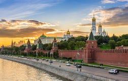 Opinião do por do sol do Kremlin e do rio de Moscou em Moscou imagens de stock