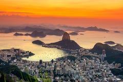 Opinião do por do sol do naco de açúcar da montanha e do Botafogo em Rio de Janeiro Imagens de Stock Royalty Free