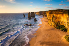 Opinião do por do sol em uma costa de doze apóstolos pelo grande oceano Rd Fotografia de Stock Royalty Free