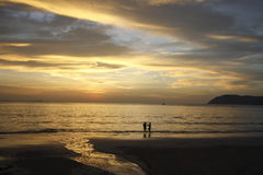 Opinião do por do sol na ilha de Langkawi, Malásia Foto de Stock