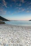 Opinião do por do sol na praia da vila de Vasiliki, Lefkada, Grécia imagens de stock royalty free