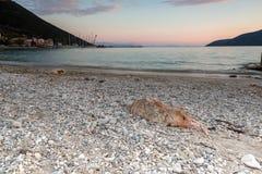 Opinião do por do sol na praia da vila de Vasiliki, Lefkada, Grécia imagem de stock