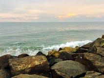 Opinião do por do sol na praia de Kerala imagens de stock