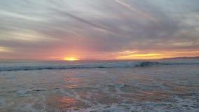 Opinião do por do sol na praia 4k do oceano vídeos de arquivo