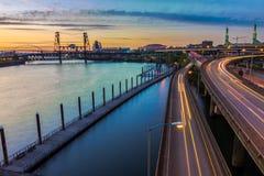 Opinião do por do sol sobre 5 de um estado a outro em Portland Oregon Fotos de Stock