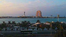 Opinião do por do sol a cidade Marina Mall famosa de Abu Dhabi, roda do olho do porto e o Fairmont Marina Residences filme