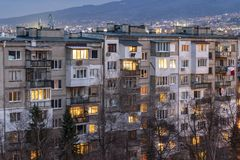 Opinião do por do sol da construção residencial típica do período comunista na cidade de Sófia, Bulgária imagens de stock royalty free