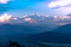 Opinião do por do sol da montanha Fishtail do monte de Sarangkot em Pokhara, Nepal fotografia de stock royalty free