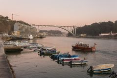 Opinião do por do sol da ponte de Ponte a Dinamarca Arrabida, Porto, Portugal foto de stock