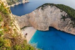 Opinião do por do sol da praia do naufrágio de Navagio, Zakynthos, Grécia imagens de stock