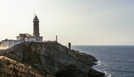 Opinião do por do sol de um farol em Santander, Espanha do norte imagem de stock