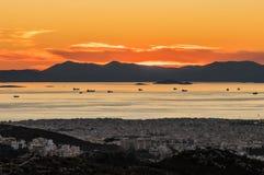 Opinião do por do sol dos navios no porto de Piraeus, Atenas em Grécia foto de stock royalty free