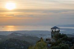 Opinião do por do sol dos navios no porto de Piraeus, Atenas em Grécia imagem de stock royalty free
