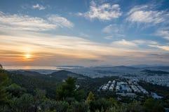 Opinião do por do sol dos navios no porto de Piraeus, Atenas em Grécia fotografia de stock