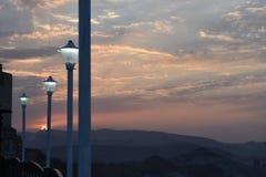 Opinião do por do sol e do nascer do sol das montanhas com luzes de rua foto de stock royalty free