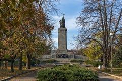 Opinião do por do sol do monumento do exército soviético na cidade de Sófia, Bulgária Fotografia de Stock