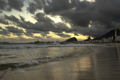 Opinião do por do sol na praia de Copacabana com as montanhas no horizonte e na construção alta do hotel, Rio de janeiro, Brasil foto de stock royalty free
