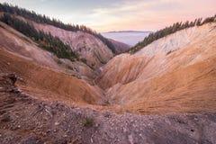 Opinião do por do sol no furo de Ruginoasa ou no Groapa Ruginoasa no sul perto do vale seco no parque natural de Apuseni, Romênia Imagem de Stock Royalty Free