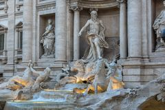 Opinião do por do sol os povos que visitam a fonte Fontana di Trevi do Trevi na cidade de Roma, Itália Foto de Stock