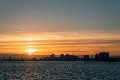 Opinião do por do sol sobre a skyline de Long Beach do cais de Belmont em Long Beach, Califórnia imagem de stock royalty free