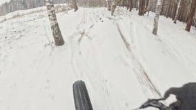 Opinião do Pov Estabilização Handheld da suspensão Cardan Motociclista extremo profissional do desportista que monta uma biciclet vídeos de arquivo