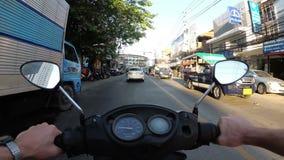 Opinião do POV no velomotor da equitação ao longo do tráfego rodoviário asiático Tailândia, Pattaya video estoque