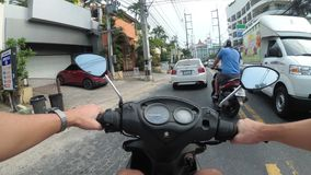 Opinião do POV no velomotor da equitação ao longo do tráfego rodoviário asiático Tailândia, Pattaya filme