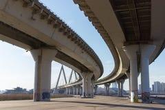 Opinião do projeto da estrutura sob a ponte grande fotografia de stock royalty free