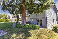 Opinião do quintal de uma grande casa cercada por árvores altas fotografia de stock
