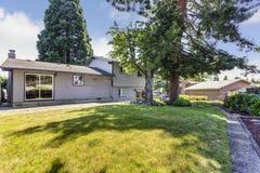 Opinião do quintal de uma grande casa cercada por árvores altas fotografia de stock royalty free