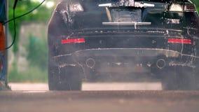 Opinião do rés do chão de um carro em uma lavagem de carros filme