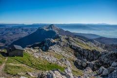Opinião do refúgio do pico da parte superior da montanha de Aizkorri perto de Zegama Foto de Stock Royalty Free