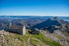 Opinião do refúgio do pico da parte superior da montanha de Aizkorri perto de Zegama, Imagem de Stock Royalty Free