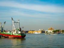 Opinião do rio com navio de carga foto de stock royalty free