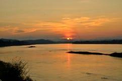 Opinião do rio da silhueta Imagens de Stock
