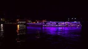 Opinião do rio de Chao Phraya da noite no navio de cruzeiros em Tailândia filme
