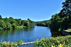 A opinião do rio de Deerfield da ponte de Fowers, Shelburne cai, Franklin County, Massacusetts, Estados Unidos, EUA imagens de stock