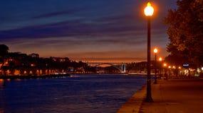 Opinião do rio de Douro na noite em Porto foto de stock