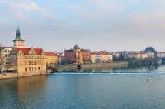 Opinião do rio de Vltava da ponte de Charles, Praga Imagem de Stock