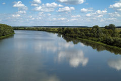 Opinião do rio do verão com céu azul e nuvens Imagem de Stock Royalty Free