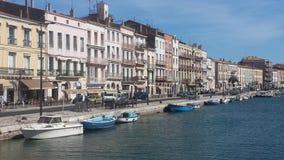 Opinião do rio e da cidade em França Fotos de Stock