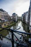 Opinião do rio em Países Baixos, parte dianteira holandesa acolhedor da água municipal Foto de Stock