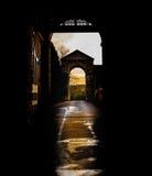 Opinião do sol do inverno através da arcada da silhueta Imagem de Stock Royalty Free