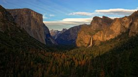 Opinião do túnel do parque nacional de Yosemite imagens de stock