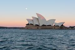 Opinião do teatro da ópera de Sydney com a Lua cheia no por do sol Fotografia de Stock