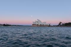 Opinião do teatro da ópera de Sydney com a Lua cheia no por do sol Imagem de Stock Royalty Free