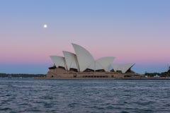 Opinião do teatro da ópera de Sydney com a Lua cheia no por do sol Fotos de Stock